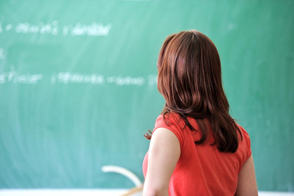 תמונת תלמידה ולוח בכיתת בית ספר