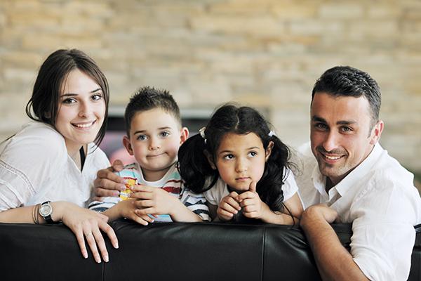 תמונת משפחה בסלון הבית
